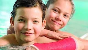 Que una escayola no impida a tu hijo disfrutar este verano