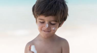 8 consejos para proteger a los niños del sol este verano