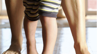 Mi hijo camina con los pies hacia dentro, ¿debo preocuparme?